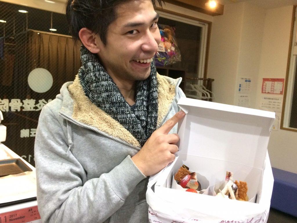 泉が丘院長・高橋先生。お客様よりケーキをいただきましてその時の写真となります。まぁ、笑顔が邪悪です。